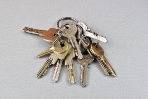 Mange forskellige nøgler til få låse