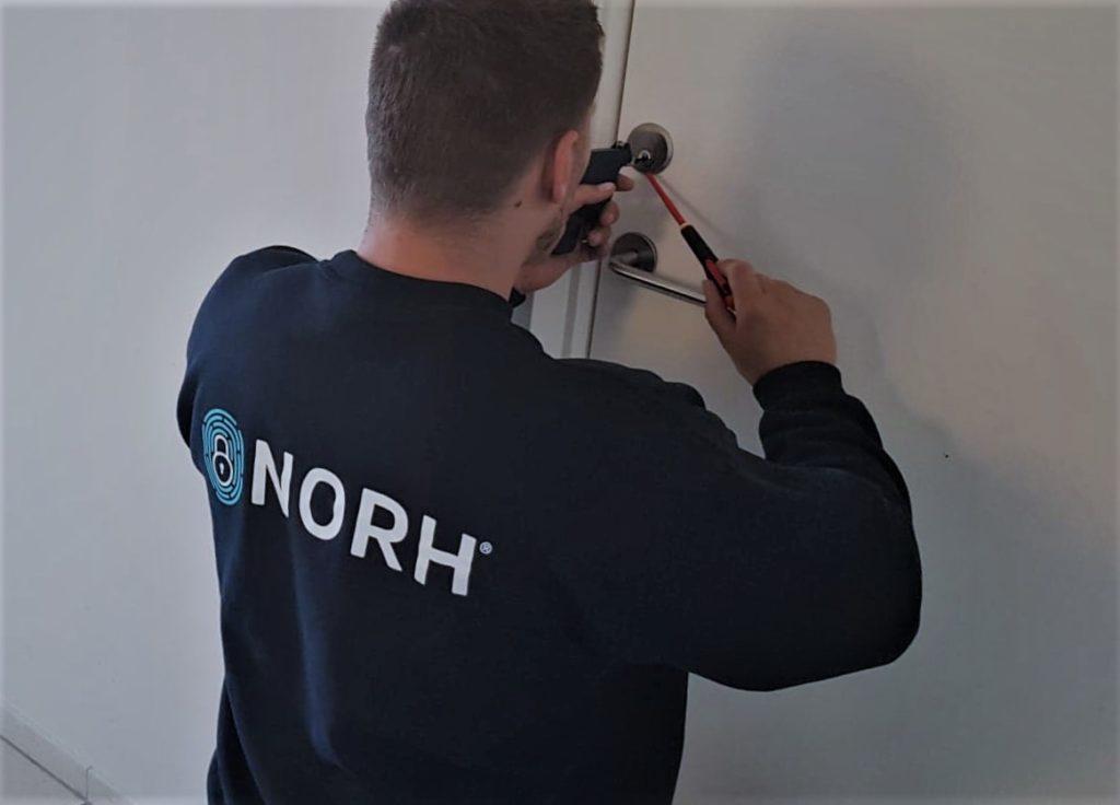 Norh låsesmed udfører en reparation af låse, læs vores låsesmed København's guide her.
