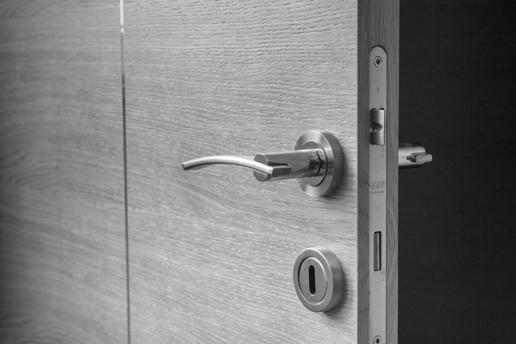 Justere låsen når du skal montere den