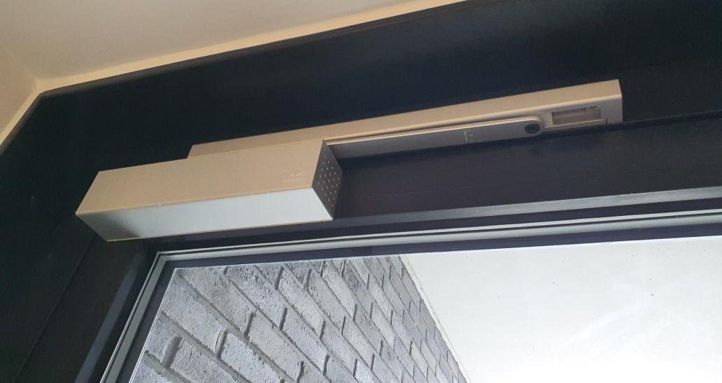 Norh låsesmed Tårnby installerer dørautomatik.