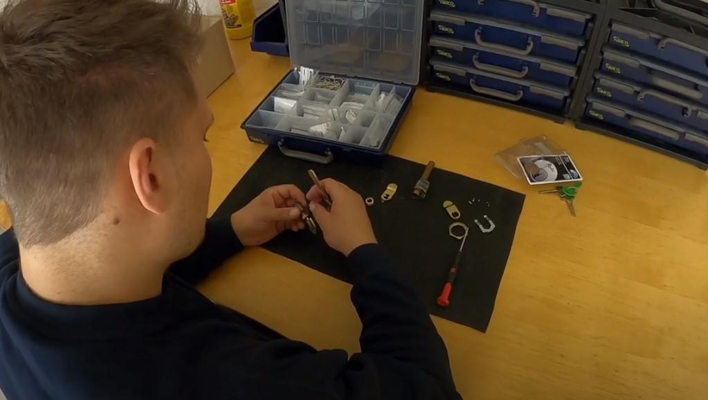 Norh Låsesmed Amager udfører her på billedet en omkodning af lås til kunde på Amager.
