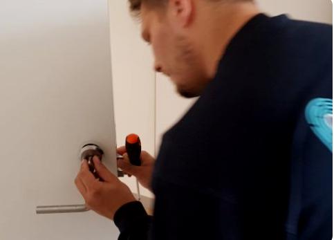 Låsesmeden på Østerbro monterer en lås