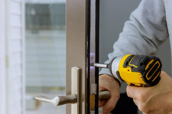 Låsesmed Ishøj monterer en låse til en port