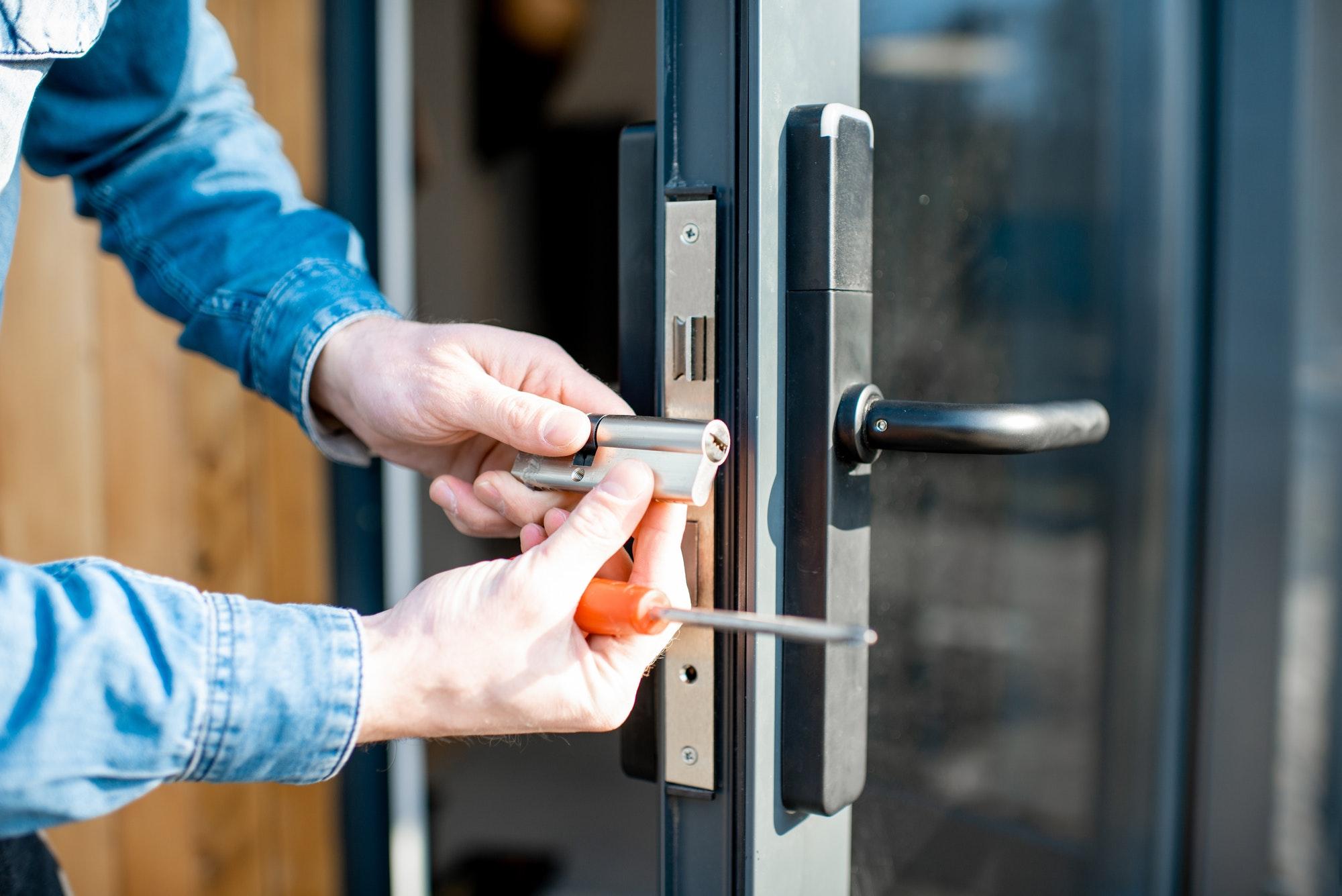 Knækket nøgle i låsecylinder, tips til hvordan du kan få ud en nøgle som har knækket i låsen ud af låsen