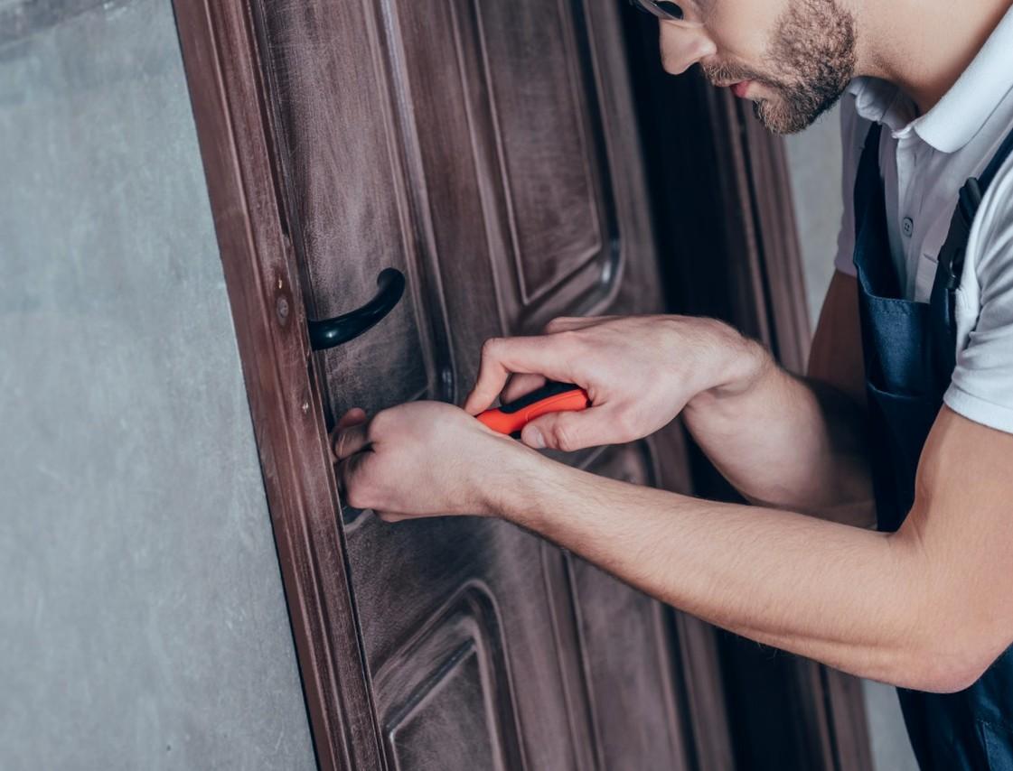 Vores Låsesmed Dragør (Amager) hjælper kunde med ny lås.