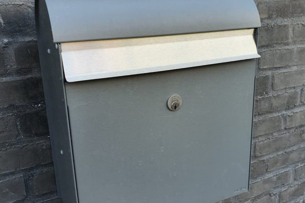 Låsesmed til postkasse og postkasse montering