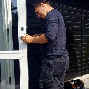 Låsesmed Rødovre installerer et trepunkt lås i dør.