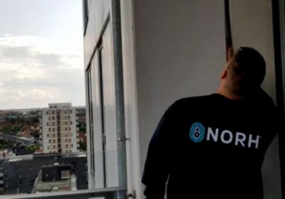 Norh Låsesmed Nørrebro arbejder med en låseopgave på en større bygning