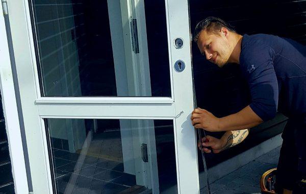 Nicolai fra Norh låsesmed Islands brygge installerer trepunkteslås.