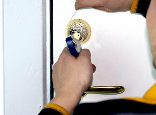 Billig låsesmed Rødovre, åbner en dør.